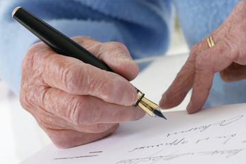 Personne agée-signature d'un document