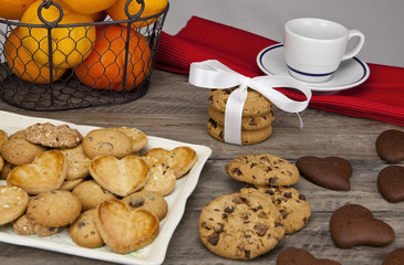 gedeckter tisch mit keksen