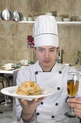 Retrato Chef de cocina con placa plato en la mano con arroz