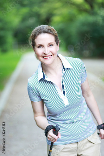 Nordic Walking in blauen Shirt