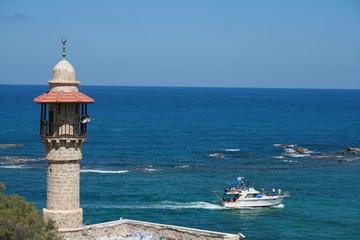 mezquita de Jafa mirando yate en el mediterraneo