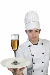 Retrato Chef de cocina con placa plato y copa de vino en la mano