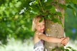 Fototapety mädchen umarmt einen baum