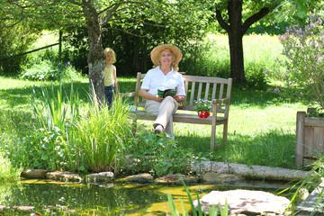 Im Garten auf der Bank