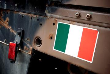 bandiera italiana su automezzo dell'esercito