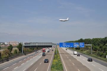 Flugzeug und Autobahn bei Frankfurt