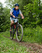 Senior auf dem Mountain Bike