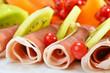 Leckere Schinkenröllchen mit frischen Früchten