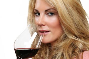Frau bei Weinverkostung