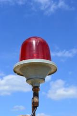 Сигнальный фонарь безопасности на крыше высотного здания.