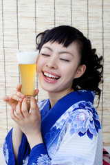 ビールと浴衣の女性