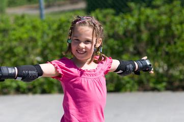 Mädchen fährt Rollschuhe
