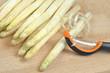 obieranie białych szparagów