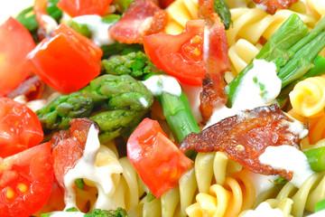 fusili ze szparagami, bekonem i pomidorami w sosie beszamelowym
