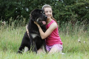jeune fille et son chien dogue du Tibet - tendresse