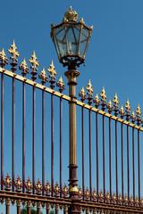 kunstvoller Zaun mit Laterne