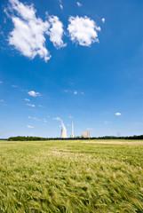 Kornfeld und Kraftwerk