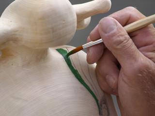 Colorare una scultura in legno