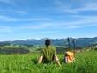 Rast auf Wiese mit Bergblick