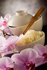Riso su tavolo con orchidee