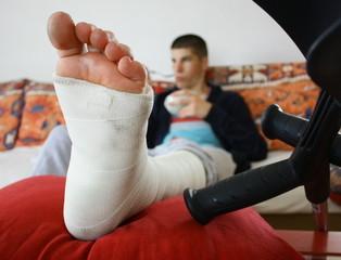 jambe plâtrée et béquilles
