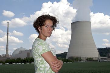 junge Frau vor Kernkraftwerk