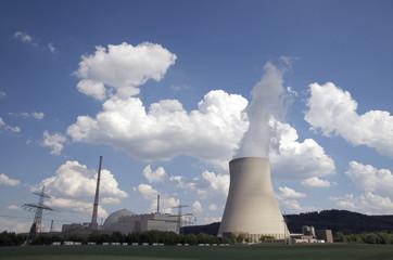 Atomkraftwerk mit dampfendem Kühlturm