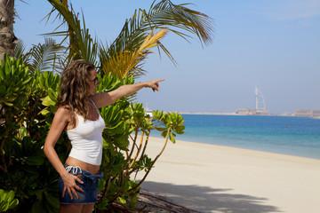 Donna che indica la  spiaggia