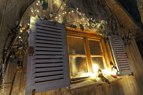 weihnachtsdeko am winterlichen fenster stockfotos und. Black Bedroom Furniture Sets. Home Design Ideas