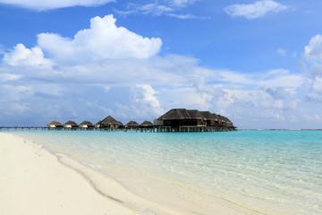 Maldives 水上コテージと浅瀬の風景
