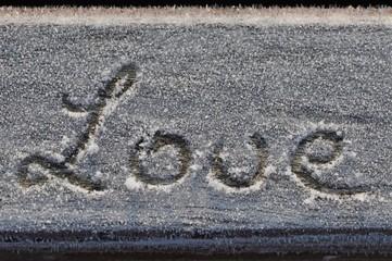 Schriftzug Love im Rauhreif