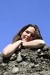 Frau beim Posen auf Steinen