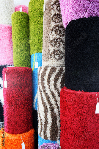 Samples of carpet coverings in shop - 32780678