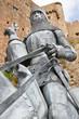 Ritter mit Pferd vor dem Mont Orgueil Castle in Gorey