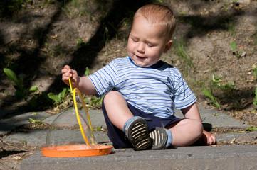 Kleiner Junge spielt mit Seifenblasen