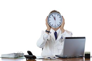 Gestresster Arzt hält Uhr vor Gesicht als Zeichen von Zeitdruck.