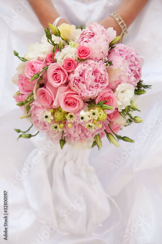 Bride with bouquet, closeup - 32800097
