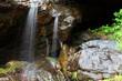 rocce bagnate con spruzzi d'acqua - 32811212