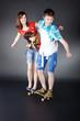 Junges Geschwister Pärchen auf Skateboard hat Spaß