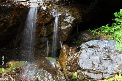 mokre skały z zalewaniem
