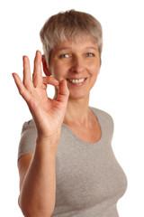 Frau formt okay mit Fingern