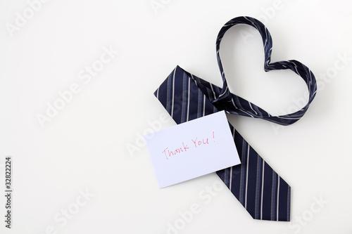 ハートをかたちづくるネクタイとメッセージカード