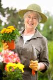 Fototapety Seniorin bei Gartenarbeit