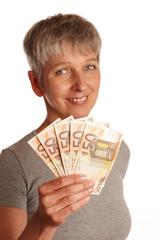erwachsene Frau mit Geldscheinen