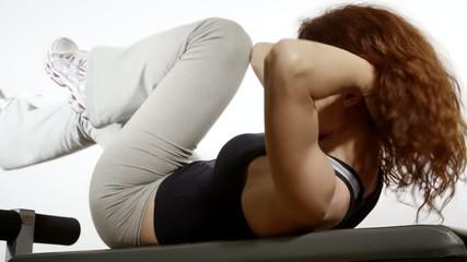 donna esercita muscoli addominali