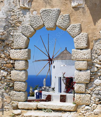 wiatrak-przez-stare-okno-weneckie-grecja