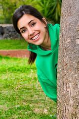 Chica feliz de verde en el parque
