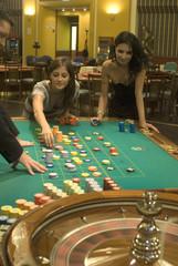 ragazze che giocano alla roulette