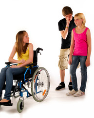 aussenseiter mobbing rollstuhl drei teenager