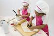 Cuisine - enfants préparant un gâteau